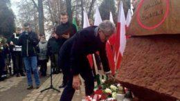 Stanisław Piotrowicz składa kwiaty